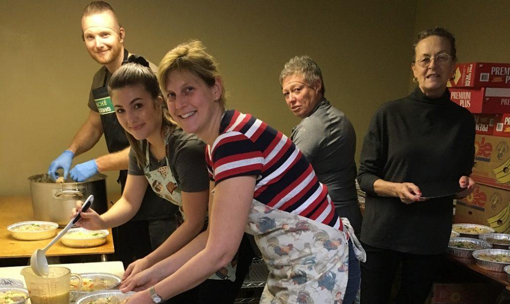 La Caisse Desjardins cuisine 400 filets de porc pour les paniers de Noël
